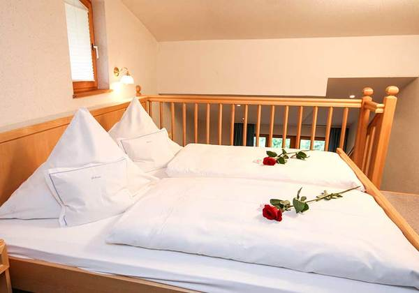 Doppelbett im Familienzimmer Frauenschuh im Hotel Bellevue in Riezlern