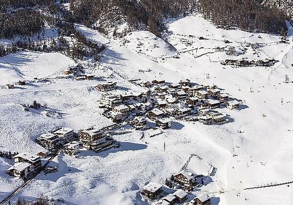 Flugansicht - mitten im Skigebiet