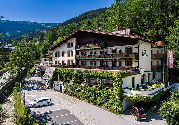 Außenansicht Hotel St. Georg mit Terrasse