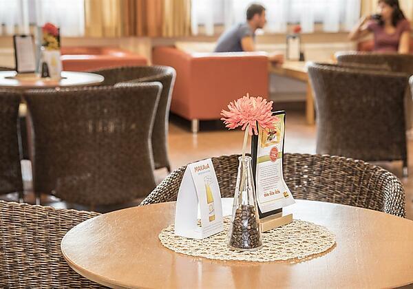 cafe-jufa-hotel-lungau-tischdeko-paar