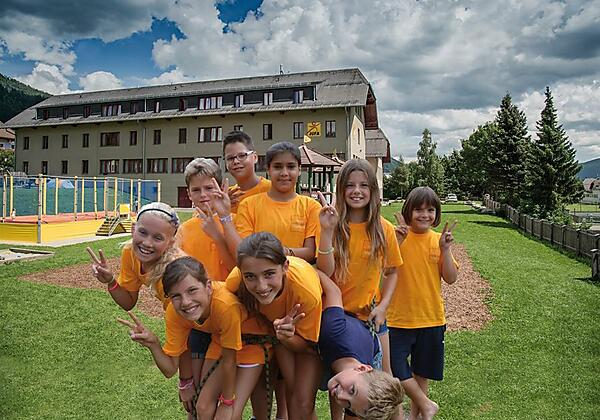 kinderguppe-spielplatz-jufa-hotel-lungau-sommer