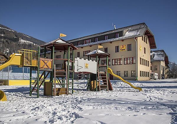 hotelansicht-jufa-hotel-lungau-kletterburg-blauer-