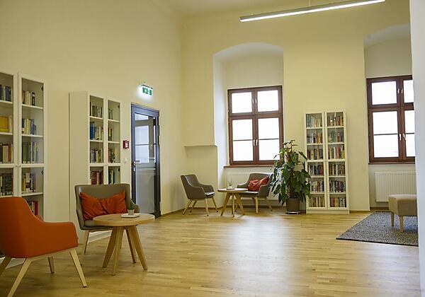 bibliothek-buecher-lesen-jufa-hotel-pyhrn-priel-14
