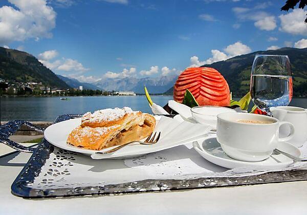 Kuchen und Kaffee mit Seeblick