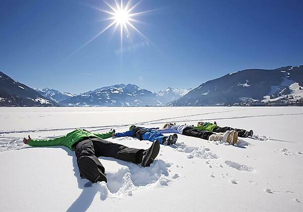 family_relaxing_on_lake_zell