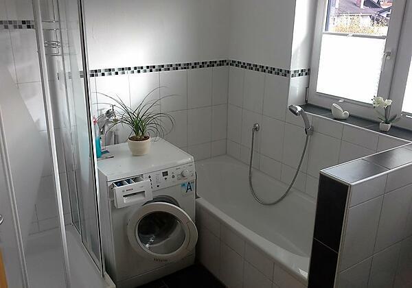 Bad mit Badewanne + Dusche + Waschtrockner