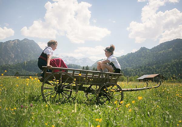 Kinder im Leiterwagen