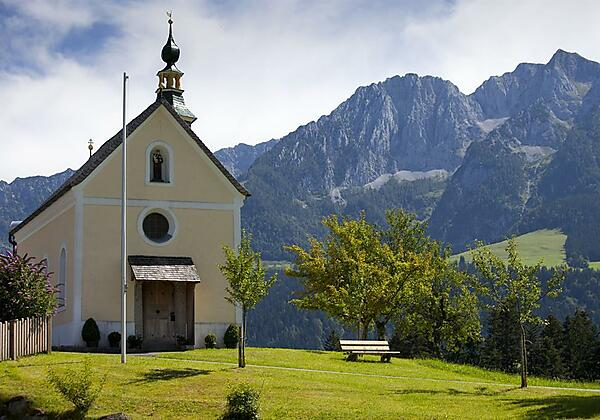 Kapelle mit Bergpanorama Kaiserwinkl