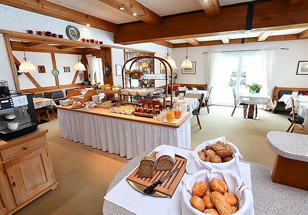 Gemütlicher Aufenthaltsraum mit Frühstücksbuffet