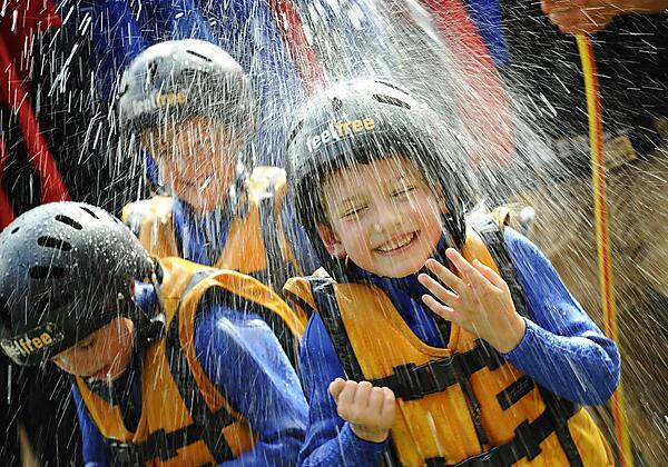 Kinder beim Rafting