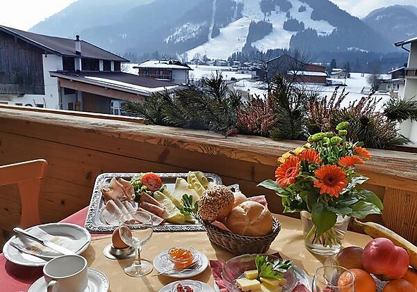 Terrasse mit Fruehstueck