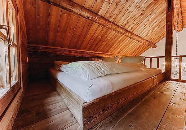 Romantikhütte innen von Leiter