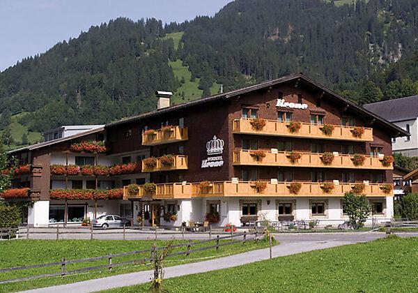 Aussenansicht vom Hotel Krone in Schoppernau im Bregenzerwald im Winter