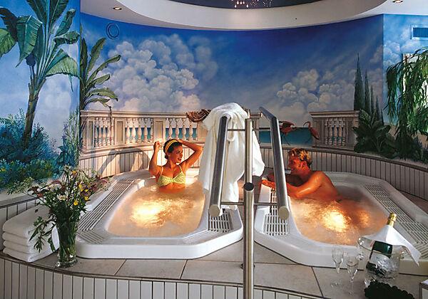 Gäste erholen sich in zwei revitalisierenden Frischwasser-Whirlwannen vom Wellnessbereich im Hotel K